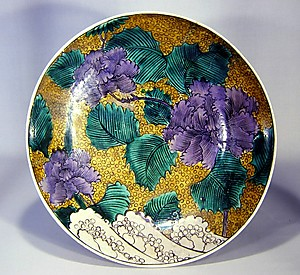 青手土坡に牡丹図大平鉢 (Aote-style Dish with Peonies and Mounds of Earth)