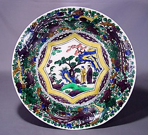 色絵百花手唐人物図大平鉢 (Iroe-style Flower-filled Bowl with Chinese Dynasty Men)